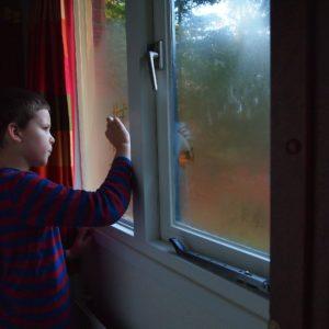 Zaparowane okna, wilgoć na ścianie, zła wentylacja w domu - przyczyny