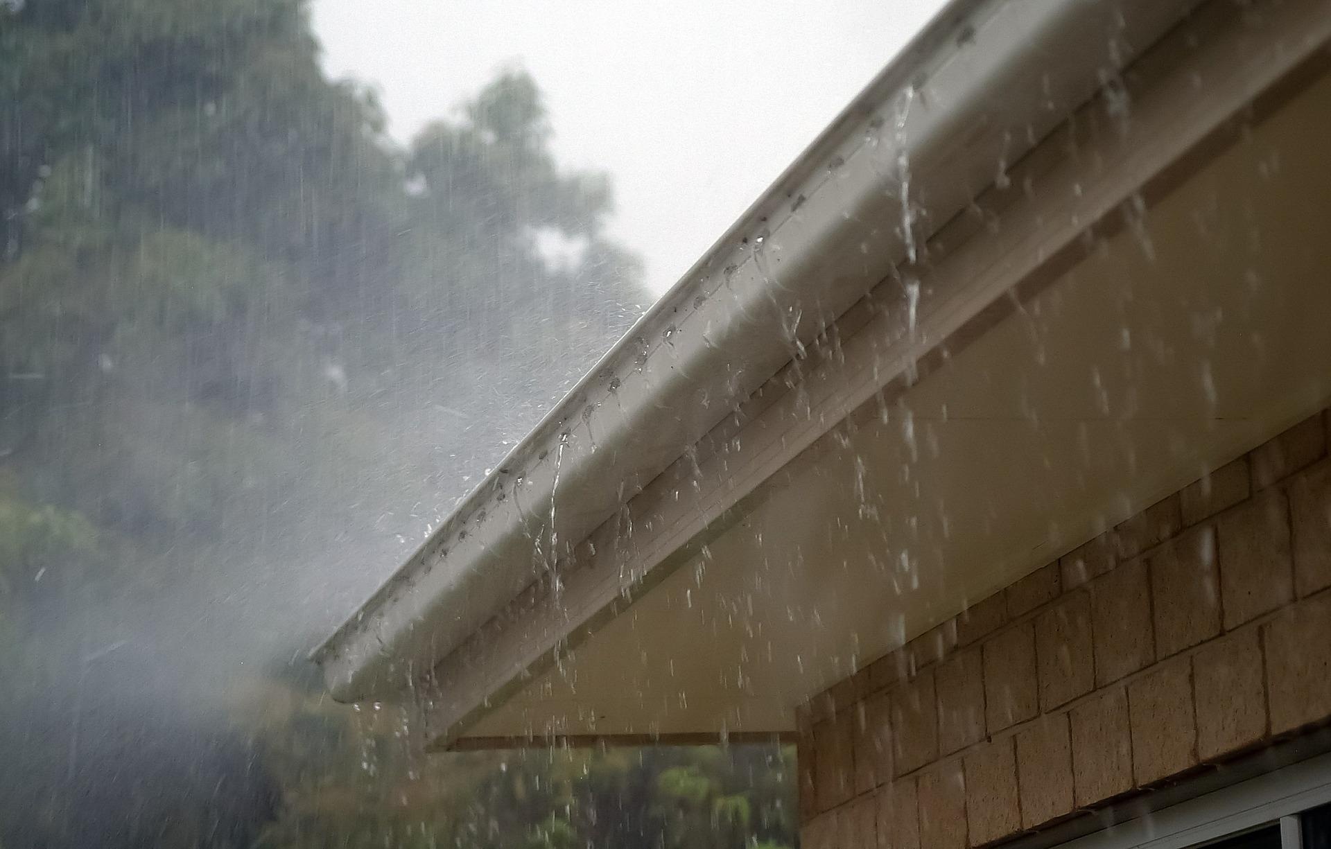 Osuszanie dachu płaskiego, przecieka dach co robić, wilgoć w dachu